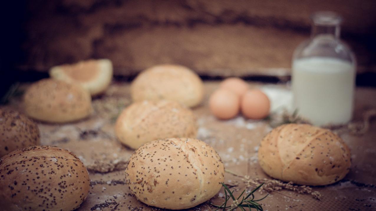 Frisches Brot und Kräuterbutter